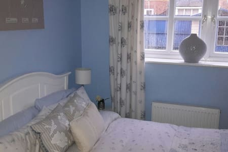 Cosy double - bed room. - Saint Mellons - 一軒家