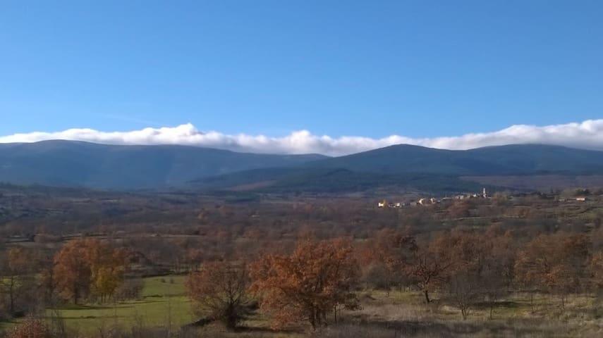 El pequeño pueblo de Braojos, a 1.200 metros de altura,  rodeado de montes y naturaleza, aquí termina la carretera, a 50 minutos en coche de Madrid.