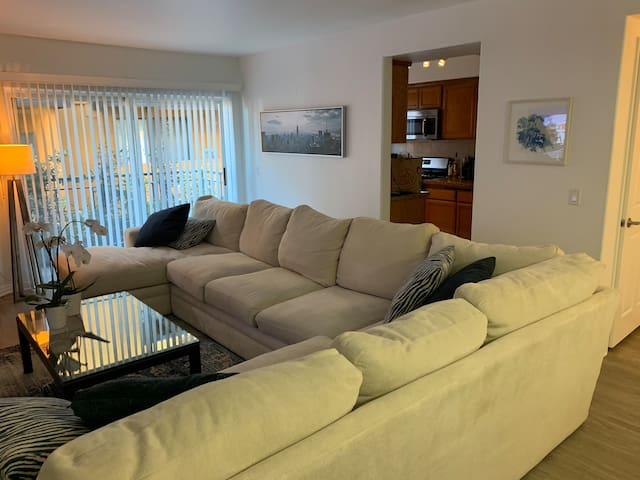 Luxe WeHo/Media District private Suite