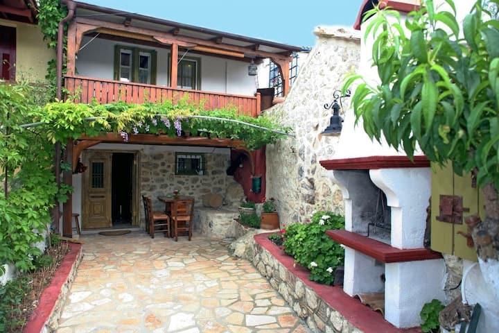 traditional house la casa di roccia