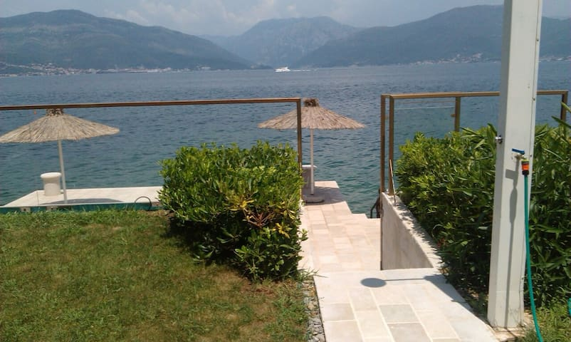 Beautiful beach villa with own pier - Krašići - Villa