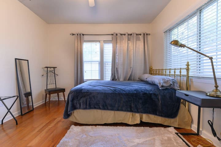 Larger bedroom, shared in Artsy Glendale house!