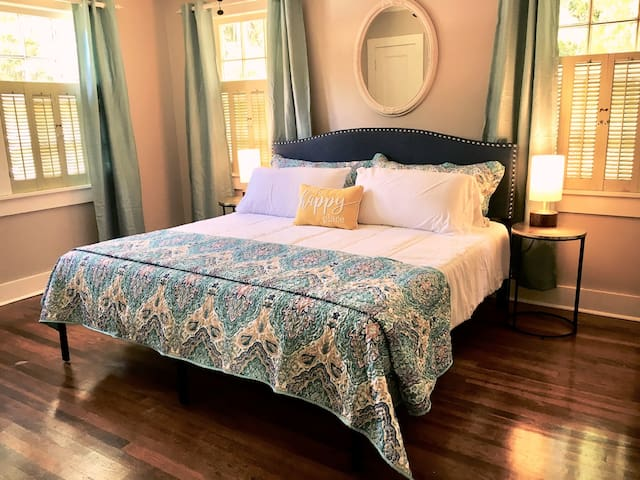 ★KING BED★ Classic & Modern, Cozy Cottage