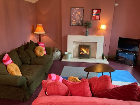 Fab house w log fire/grand piano in superb village