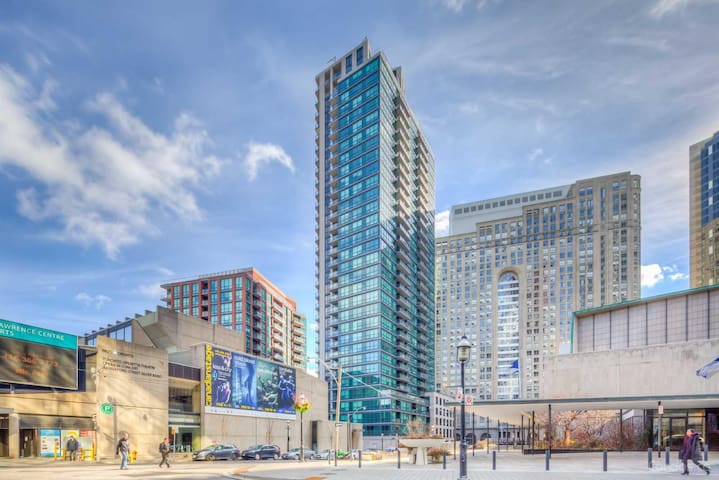 Fantastic Downtown Condo on Yonge & Front! ★★★★★