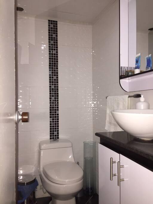 Amplio y cómodos baños con calentador de paso a gas!!