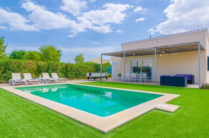 NOGUER - Wonderful villa with a beautiful exterior area including a private pool and billiard.