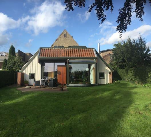 Centralt beliggende hus med have og skøn søudsigt