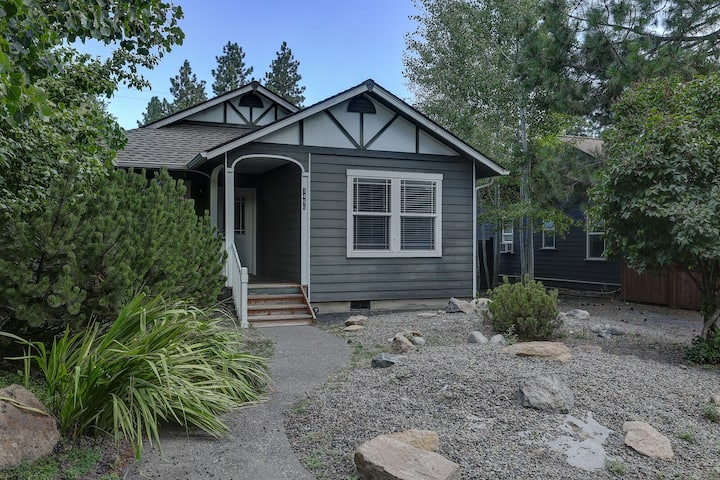 Huckleberry Cottage - A/C, Hot Tub, Ping Pong, Walk Everywhere