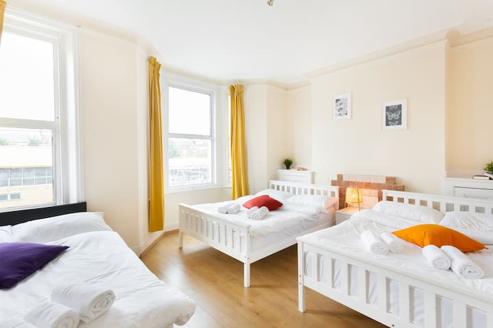 Spacious Room near Queens Park Station