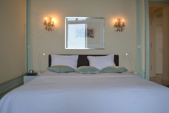 Master Bedroom: High ceilings. Sea view & Monte-Carlo casino square and super yachts.