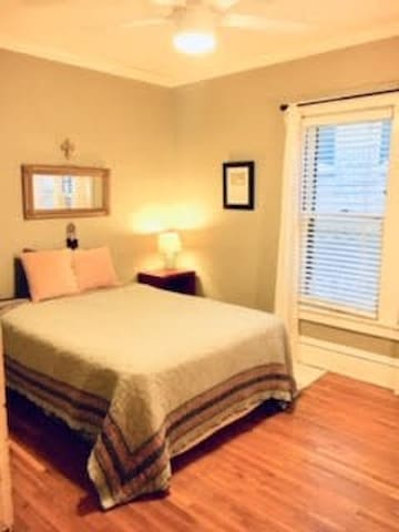 Cozy room in Uptown- Walk to Lakes Shops & More!