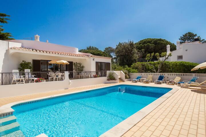 Casa dos Pinheiros - 4 Bed Villa With Private Pool Near Golf & Beach, Carvoeiro
