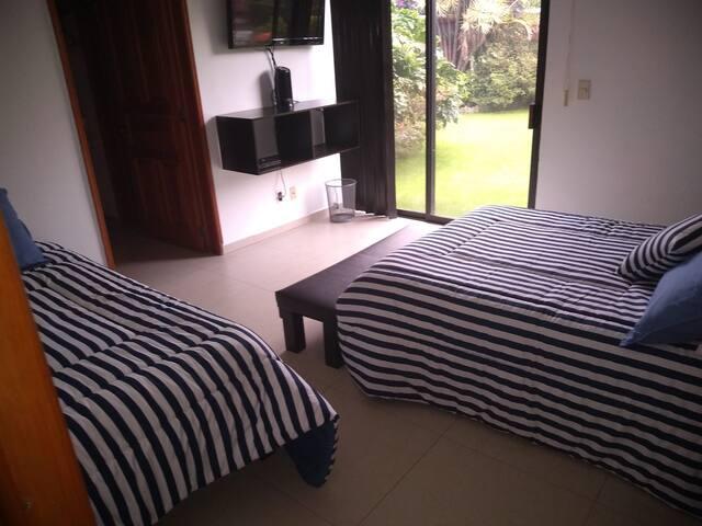 Recamara 2   1 cama matrimonial y 1 individual   cuenta con tv y cable y baño privado