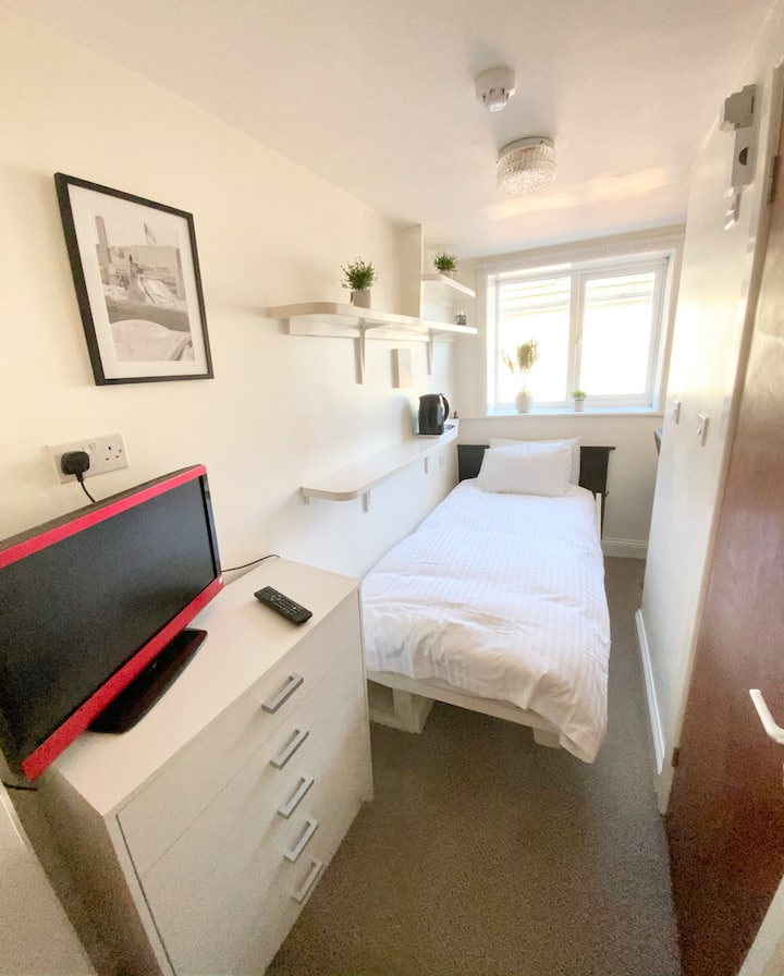 ♥️COSY ENSUITE ROOM, PULL DOWN BED, TOWN CENTRE