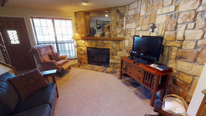 Flagg Mountain Townhouse #7 - Sleeps 6, In Town, King Bed, Jacuzzi Tub, Washer/Dryer, WIFI