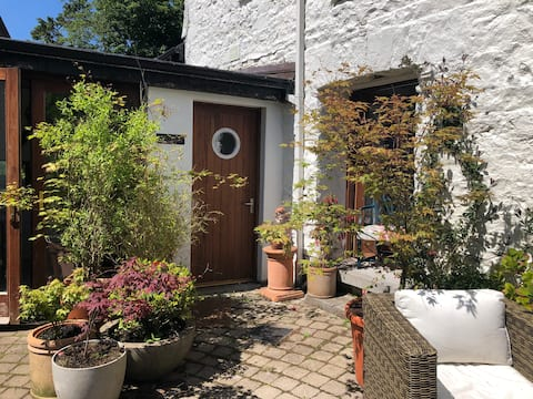 Old stone outhouse on Quay, private garden, for 2