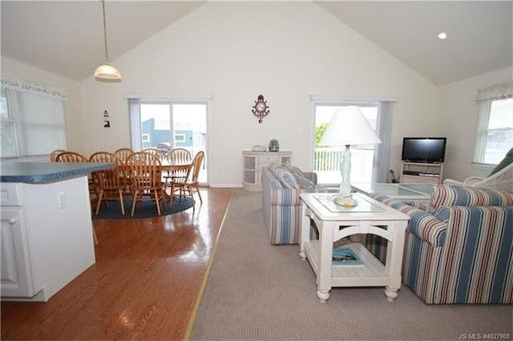 Cozy 3 Bedroom House, Walk To The Beach