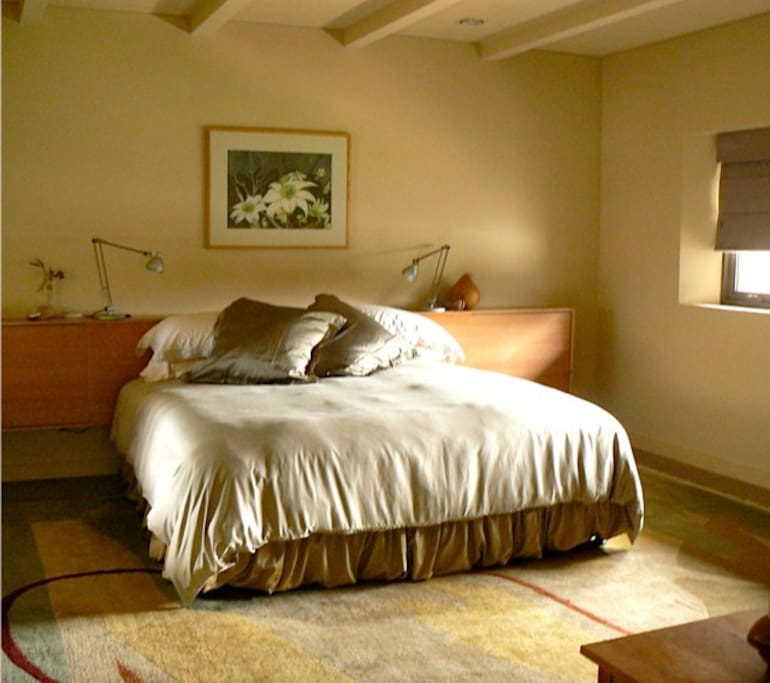 Deliciously comfortable king sized bed with bamboo linens