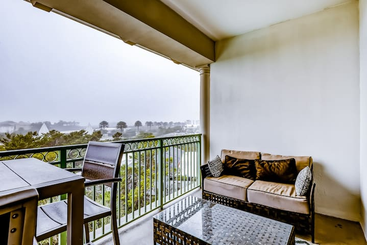 Comfortable studio w/shared outdoor pool, hot tub, BBQ area, and pool views