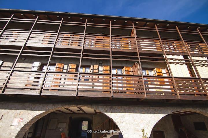 Bilocale a Prada in antico casale - Prada - Appartement