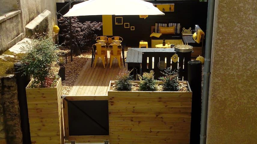 Plancha à gaz  et ustensiles disponible sur la terrasse....