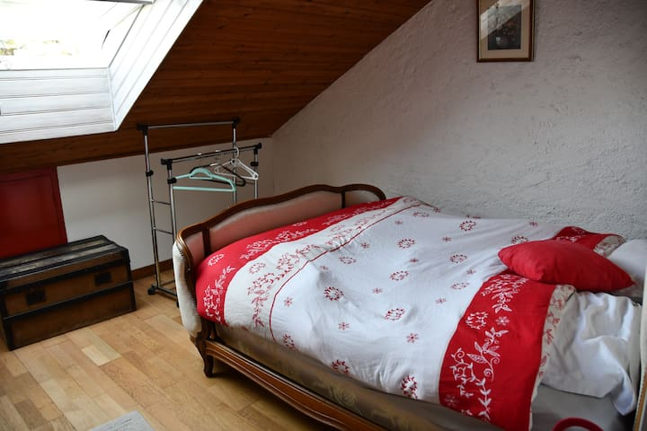 chambre un  lit double et une banquette lit (chambre pour deux, supplément pour trois petit déjeuner et draps)