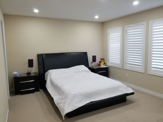 Spacious, bright Bedroom house close to Airport
