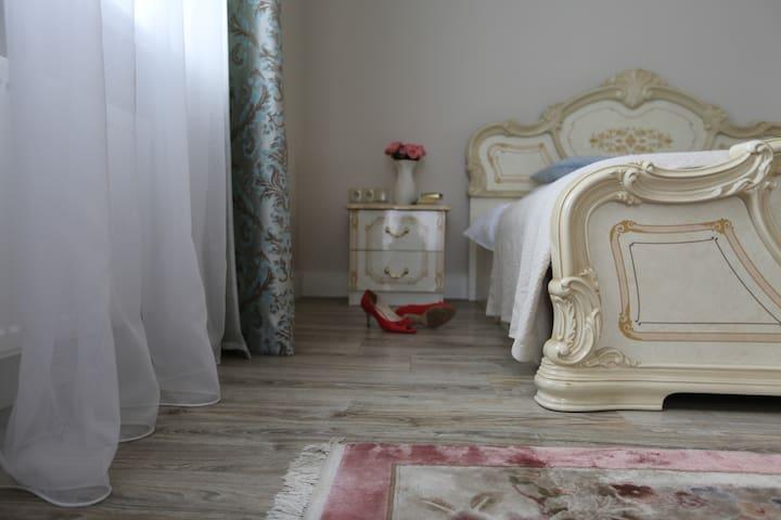 Apartament z kominkiem w pałacu z parkiem