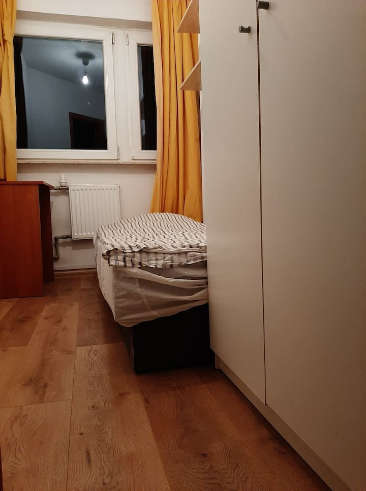 SINGLE ROOM 650 PLN MONTHLY 12 MINUTES FROM CENTER