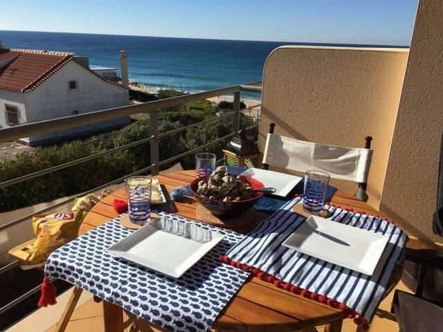 Herzlich Willkommen! Balkon der Ferienwohung mit Meeresblick