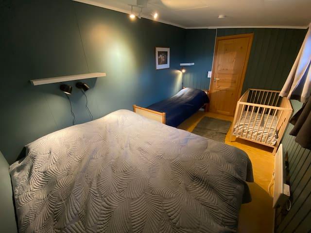 Soverom med 180-seng, en seng som er 75 cm bred og barneseng.