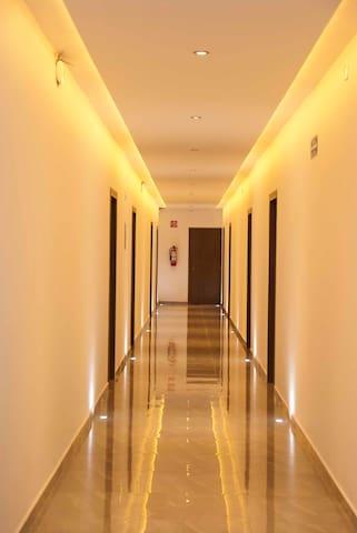 PASILLO A HABITACIONES Pasillo a habitaciones en planta baja y planta alta con alta iluminación.