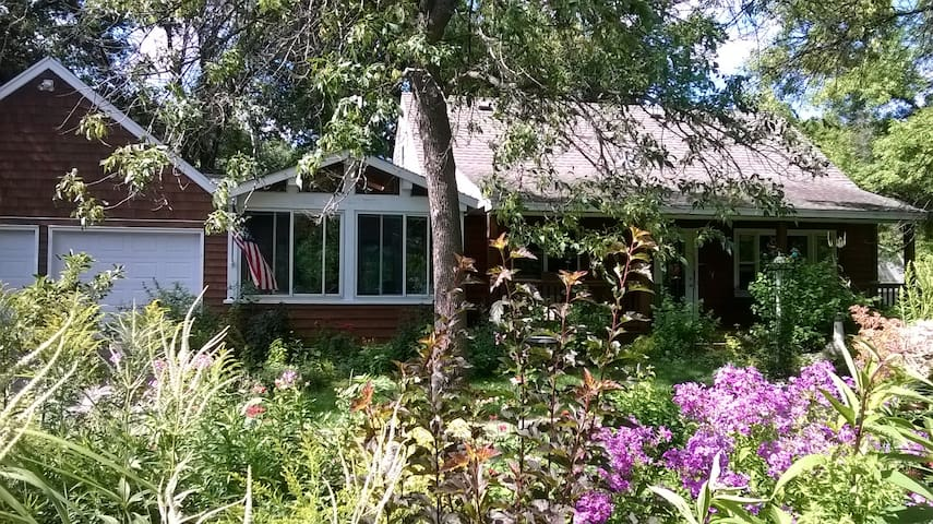 Cozy, comfortable n private retreat - Chanhassen - House