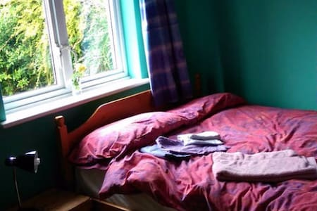 Double room in friendly family house near Exeter. - Bradninch