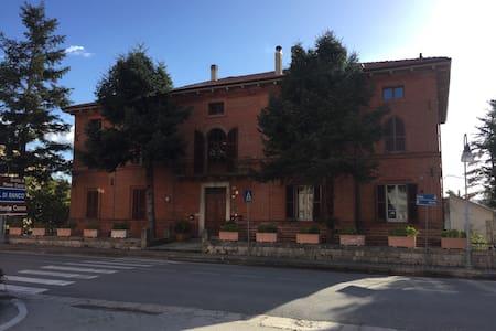 Casa storica: Nel cuore dell'Umbria - Sigillo - อพาร์ทเมนท์
