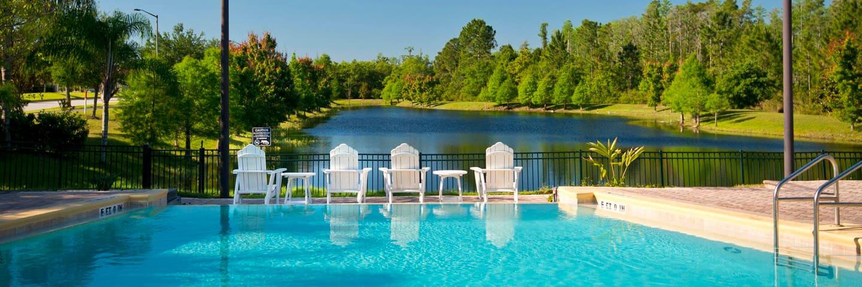 Queen bed-balcony-6 miles to Disney-no resort fees