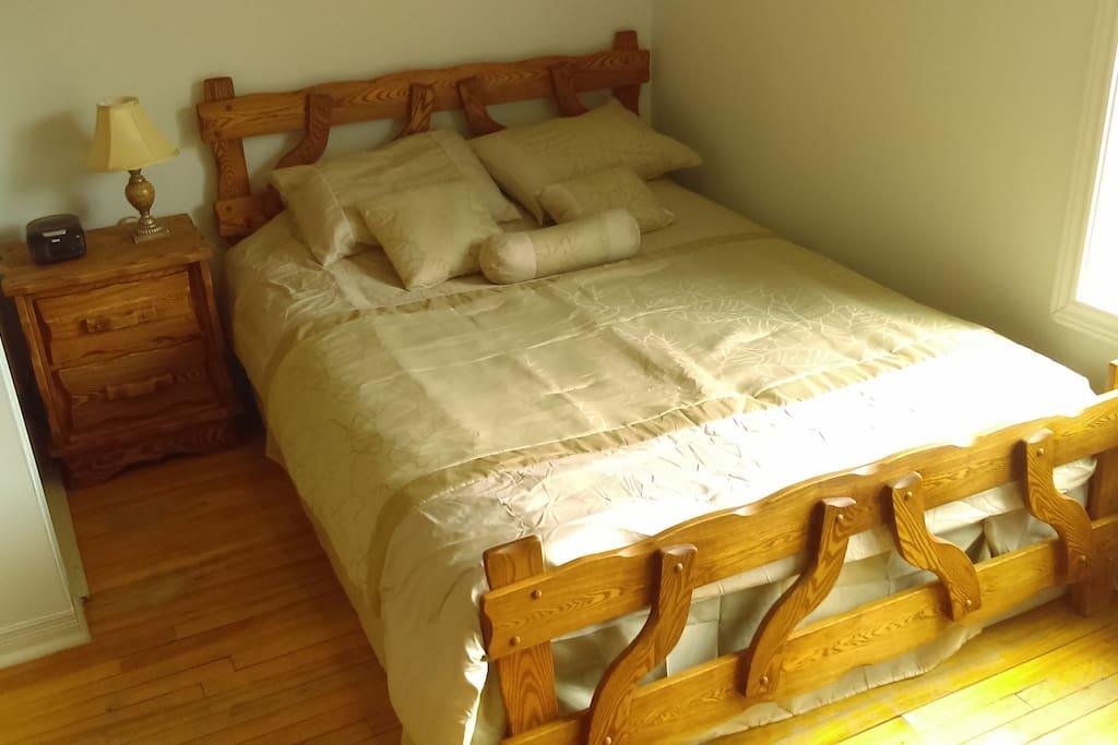 La petite chambre a un lit double.