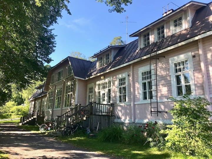 Avara ja viihtyisä asunto jossa vanhaa charmia