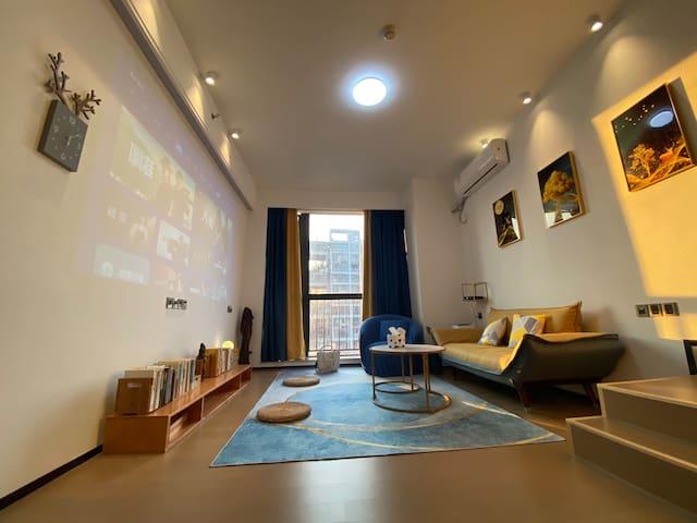 一层为休闲、会客区,拉上窗帘就可以变成私人影院。