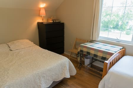 Cozy rural art retreat in Rosebud! North Bedroom. - Rosebud