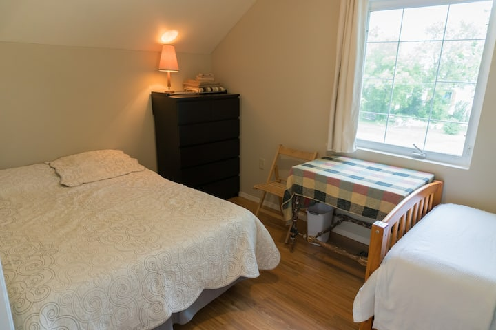 Cozy rural art retreat in Rosebud! North Bedroom.