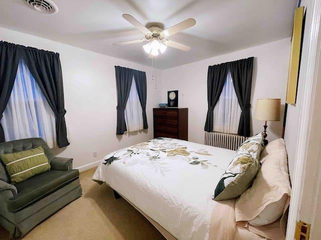 Main room 2 (queen bed)