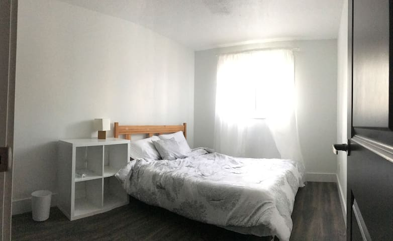 Airy 2nd floor bedroom with a balcony - Waterloo - Apartemen