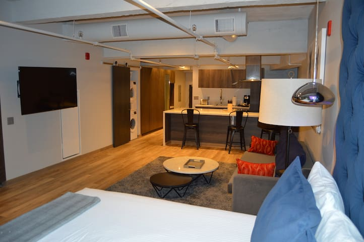 Outstanding Downtown Apartment!-s1