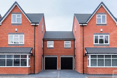 ★ Large 4 Bedroom BRAND NEW House w GARDEN for BBQ ★ Nr City Centre ★ CONTRACTORS, GROUPS & FAMILIES ★ Long Stay Offers ★ T73 By Prime Stays