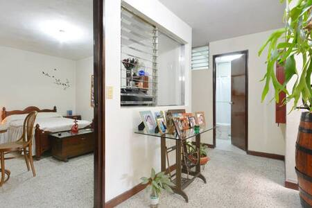 Elias & Gaby Home, Breakfast Included!! - Medellín - House