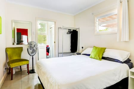 Private Retreat Downstairs - Wynnum - Bed & Breakfast
