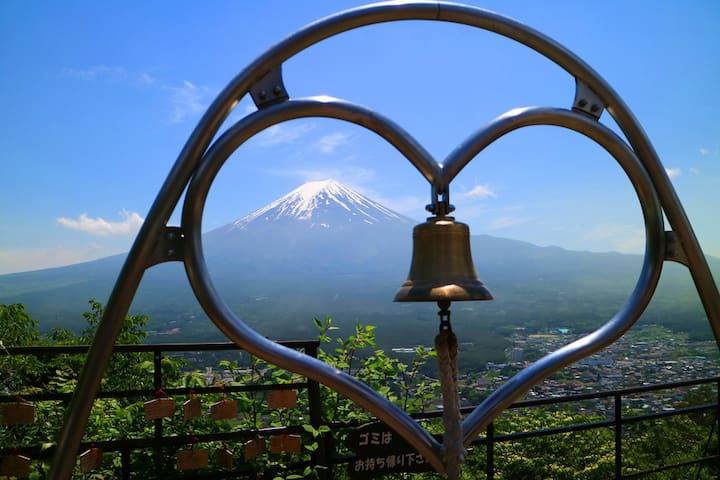 富士山河口湖交通便利的独栋民宿,最多8人入住,开窗即可看见富士山