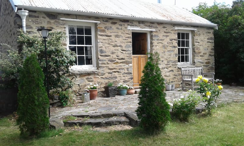 Historic Stone Cottage - Cromwell